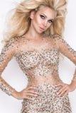 Mooi sexy blondemodel met verbazende ogen, haar van het wind het neer lange volume met hoogtepunten royalty-vrije stock afbeelding