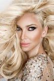 Mooi sexy blondemodel met verbazende ogen, haar van het wind het neer lange volume met hoogtepunten royalty-vrije stock fotografie