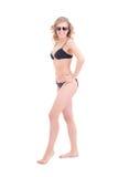 Mooi sexy krullend blonde in zwarte bikini en zonnebril Stock Foto