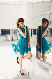 Mooi sexy meisje in een turkooise kleding Stock Foto