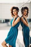 Mooi sexy meisje in een turkooise kleding Stock Fotografie