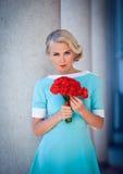 Mooi modelmeisje in een witte huwelijkskleding De bruid van het schoonheidsblonde zonder bruidegom Vrouwelijk portret met bo Royalty-vrije Stock Fotografie