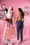 Mooi sexy slank meisje transparante erotische bustehouder dragen en Jean die Stock Afbeeldingen