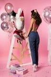 Mooi sexy slank meisje transparante erotische bustehouder dragen en Jean die Royalty-vrije Stock Afbeelding