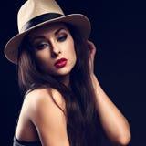Mooi sexy vrouwelijk model die de de zomerhoed a houden van de handcowboy Stock Afbeeldingen