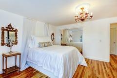 Mooi slaapkamerbinnenland met antiquiteit nightstand royalty-vrije stock foto