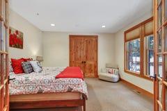 Mooi slaapkamerbinnenland met zachte beige muren royalty-vrije stock fotografie
