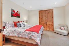 Mooi slaapkamerbinnenland met zachte beige muren stock foto's