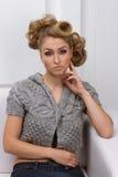 Mooi slank blonde meisje in een grijs jasje Stock Afbeeldingen
