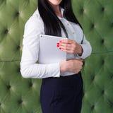 Mooi slank donkerbruin meisje die een tablet in haar hand houden royalty-vrije stock foto