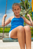 Mooi Spaans meisje dat een schommeling berijdt royalty-vrije stock foto