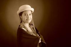 Mooi Spaans model die Andes traditionele kleding, holding op donkere poncho op bovenkant met de aanpassing van hoed, het glimlach Stock Fotografie