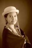 Mooi Spaans model die Andes traditionele kleding, holding op donkere poncho op bovenkant met de aanpassing van hoed, het glimlach Stock Afbeelding