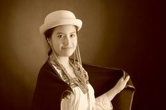 Mooi Spaans model die Andes traditionele kleding, holding op donkere poncho op bovenkant met de aanpassing van hoed, het glimlach Royalty-vrije Stock Afbeeldingen