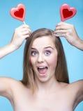 Mooi speels model met lollys in de vorm van een hart i Royalty-vrije Stock Afbeeldingen