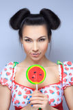 Mooi speld-omhooggaand meisje die zoete lolly houden Royalty-vrije Stock Fotografie