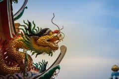 Mooi standbeeld van Chinese draak op een dakbovenkant in Chinese temperaturen Stock Afbeeldingen