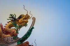 Mooi standbeeld van Chinese draak op een dakbovenkant in Chinese temperaturen Royalty-vrije Stock Afbeelding