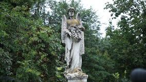 Mooi standbeeld van engel bij de oude begraafplaats stock video