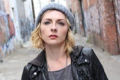 Mooi stedelijk meisje beanie en een populaire neusring die dragen royalty-vrije stock fotografie
