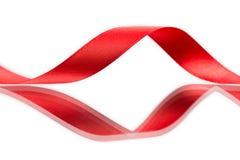 Mooi stoffen rood lint op wit Stock Foto