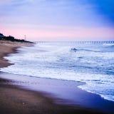 Mooi strand bij zonsondergang Stock Afbeeldingen