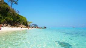Mooi strand, duidelijk water en wit zand De mensen ontspannen op het strand Het eiland van het paradijs stock fotografie