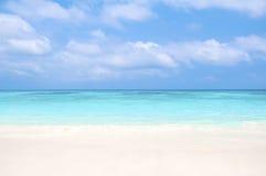 Mooi strand en blauwe hemel Stock Foto