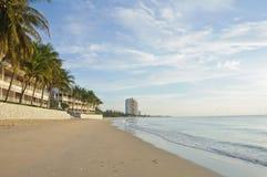 Mooi strand en toevlucht in de ochtend Stock Afbeelding