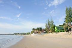Mooi strand en toevlucht in de ochtend Royalty-vrije Stock Foto's