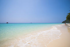 Mooi strand en tropische overzees in Mai Ton-eiland, Phuket Stock Foto's