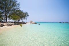 Mooi strand en tropische overzees in Mai Ton-eiland, Phuket Royalty-vrije Stock Afbeeldingen