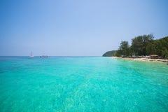 Mooi strand en tropische overzees in Mai Ton-eiland, Phuket Stock Foto