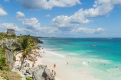 Mooi strand in het archeologische museum, Tulum, Mexico, Caraïbische Zee, Riviera Maya stock afbeeldingen