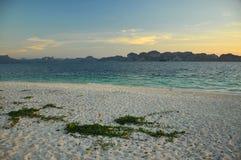 Mooi strand met blauw water, duidelijke hemel Thailand Royalty-vrije Stock Afbeeldingen
