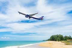 Mooi strand met blauwe hemel bij MAI-khaostrand Royalty-vrije Stock Afbeelding