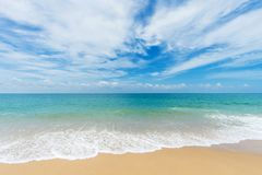 Mooi strand met blauwe hemel bij MAI-khaostrand, Phuket, Thailan Royalty-vrije Stock Foto