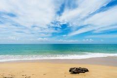 Mooi strand met blauwe hemel bij MAI-khaostrand, Phuket, Thailan Royalty-vrije Stock Afbeelding