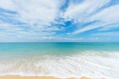 Mooi strand met blauwe hemel bij MAI-khaostrand, Phuket, Thailan Royalty-vrije Stock Fotografie