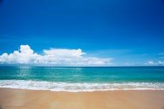 Mooi strand met blauwe hemel bij MAI-khaostrand, Phuket, Thailan Stock Afbeelding
