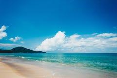 Mooi strand met blauwe hemel bij MAI-khaostrand, Phuket, Thailan Stock Fotografie