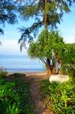 Mooi strand met blauwe hemel bij MAI-khaostrand, Phuket, Thailand Stock Fotografie