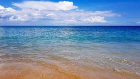 Mooi strand met blauwe hemel bij MAI-khaostrand, Phuket, Thailand, tropisch andaman zeegezicht toneel van kust van phuket Thailan stock videobeelden