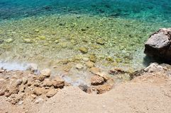 Mooi strand met grote stenen. Podgora, Kroatië Stock Afbeelding