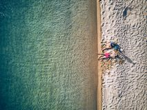 Mooi strand met het schot van de familiehommel stock afbeeldingen