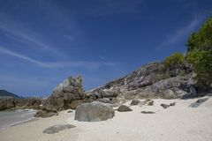 Mooi strand met rotsen Royalty-vrije Stock Afbeeldingen