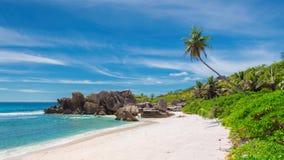 Mooi strand met rotsen en het turkooise overzees op Paradijseiland royalty-vrije stock afbeeldingen
