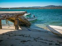 Mooi strand met steenpier en boten in Algarve, Portugal royalty-vrije stock afbeelding