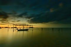 mooi strand met vissersboot tijdens zonsopgang bij Jubakar-Strand Kelantan, Maleisië Zachte nadruk toe te schrijven aan lange blo stock foto