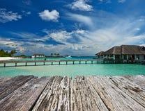 Mooi strand met waterbungalowwen Stock Afbeeldingen
